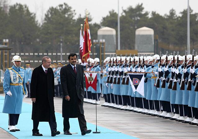 Le président turc Recep Tayyip Erdogan et l'émir Cheikh Tamim bin Hamad Al-Thani du Qatar, à droite, inspectent un garde d'honneur militaire au nouveau palais présidentiel à Ankara, en Turquie, le vendredi 19 décembre 2014.