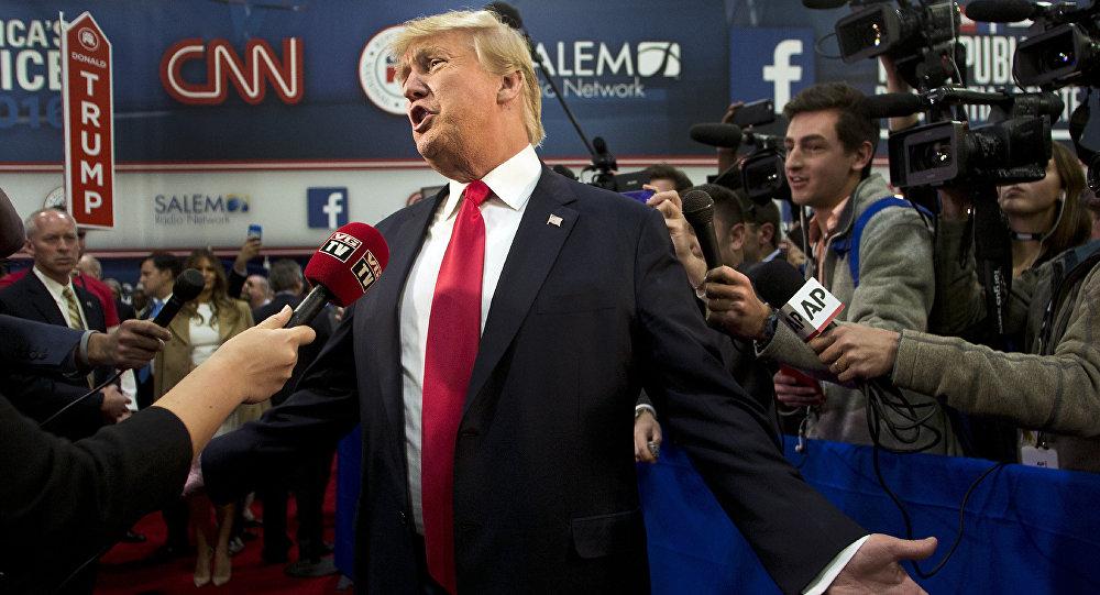 Donald Trump parle avec les médias après les débats présidentiels républicains, animé par CNN, Las Vegas le 15 décembre 2015Trump speaks with the media after the Republican Presidential Debate, hosted by CNN, Las Vegas on December 15, 2015