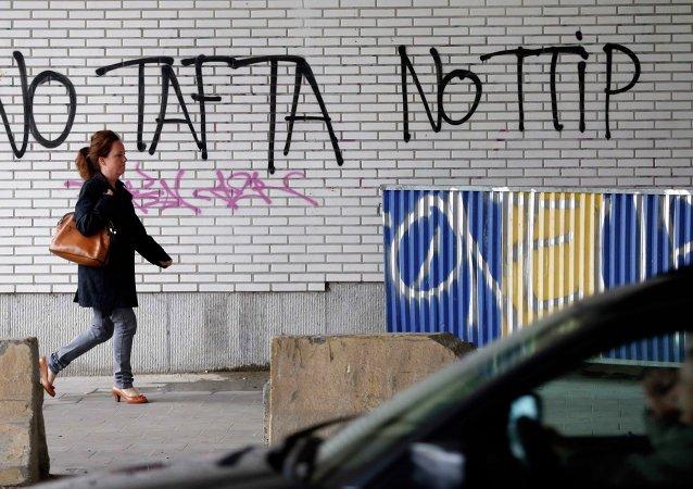 Des graffitis contre le Traité transatlantique à Bruxelles, le 27 juillet 2015