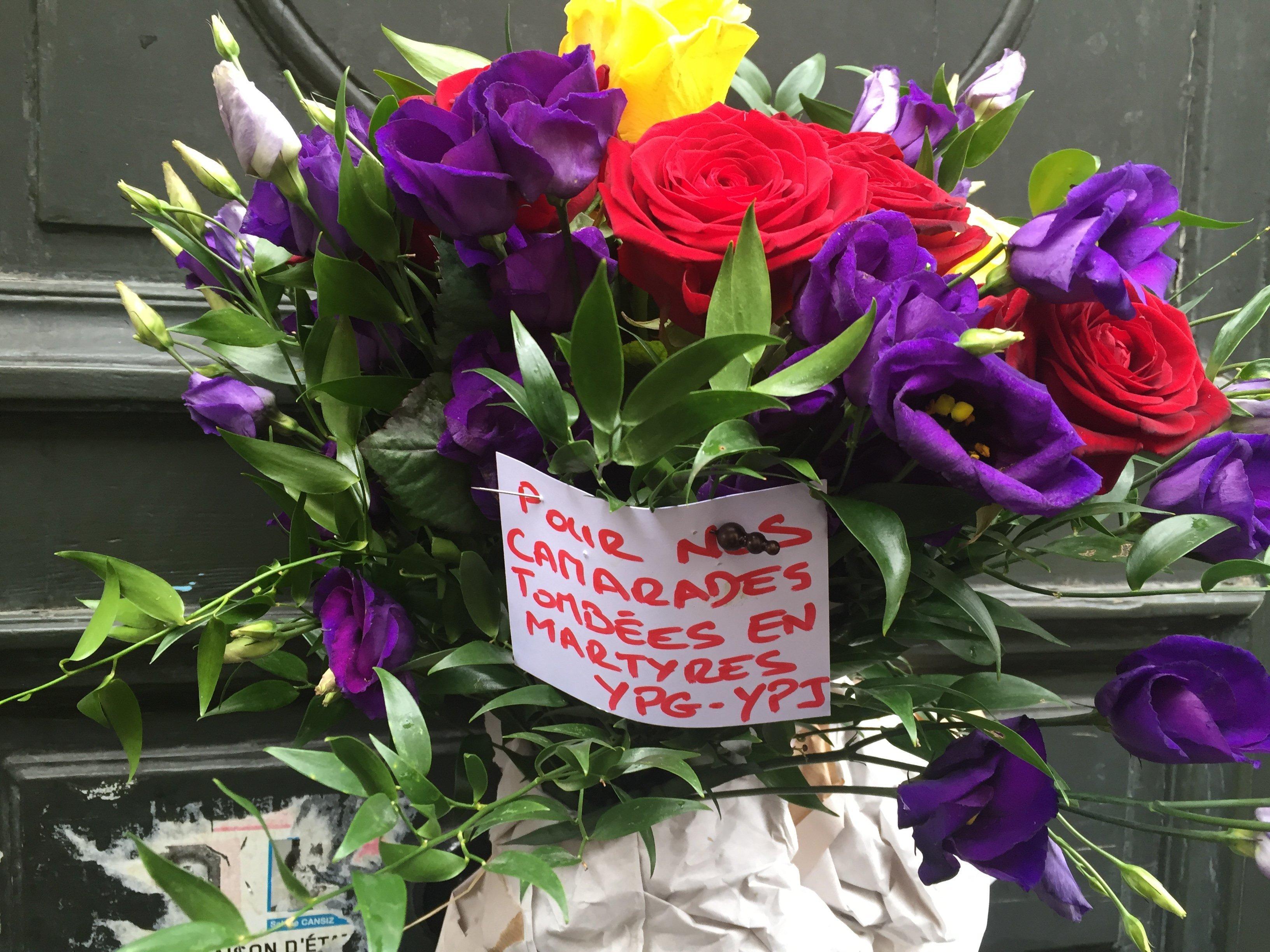 fleurs pour camarades tombées en martyres YPG-YPJ