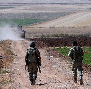 Une patrouille militaire turque à la frontière syrienne