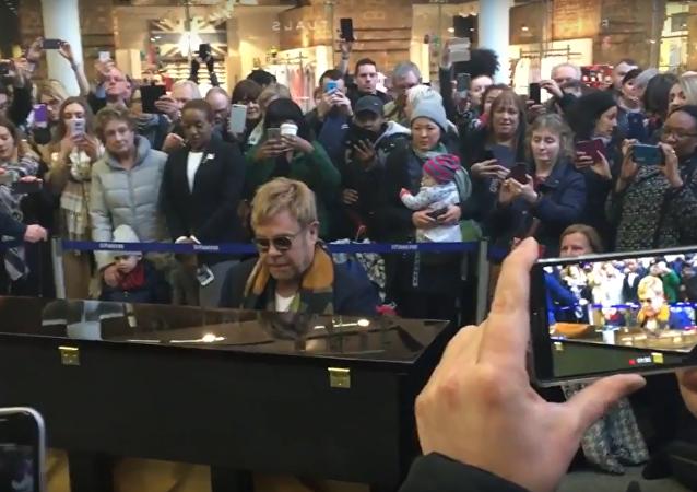 Elton John donne un concert surprise dans une gare de Londres
