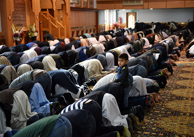 Musulmans prient à Manchester Central Mosque à Manchester, nord-ouest de l'Angleterre