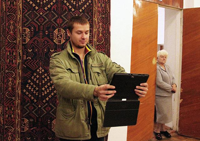 Un blogueur se prend en photo près d'un tapis daghestanais