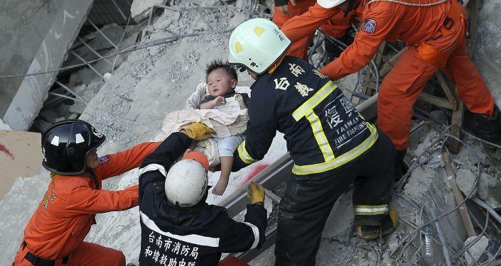Séisme à Taïwan: les secours au milieu des ruines d'un immeuble effondré
