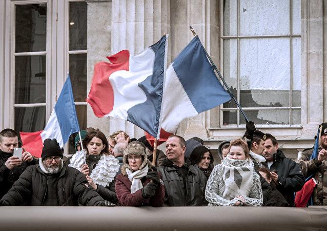 palais de justice de Boulogne-sur-Mer, gens soutiennent le général Christian Piquemal