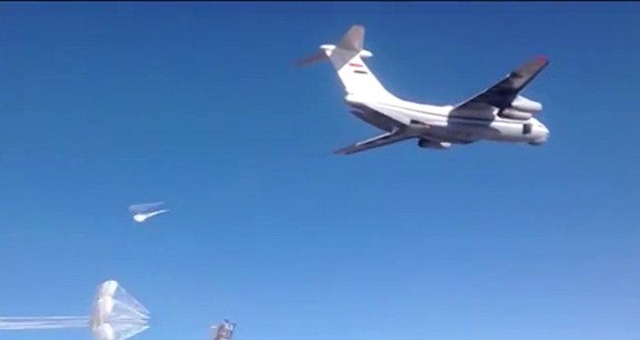 l'aide humanitaire russe parachutée dans une ville encerclée par Daech