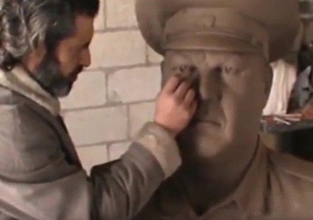 Un sculpteur syrien rend hommage au pilote du Su-24 abattu par les Turcs