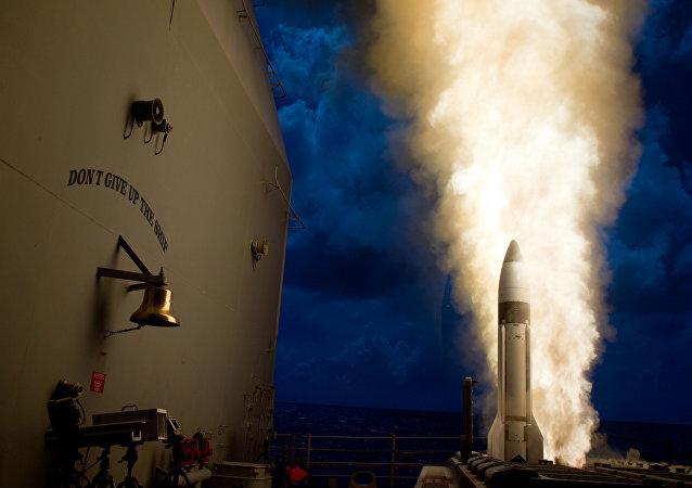 Un intercepteur SM-3 Bloc 1B est lancé depuis le croiseur lance-missiles