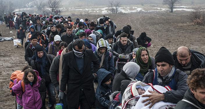 Des réfugiés massés devant un poste de passage à la frontière entre la Macédoine et la Serbie. 29 janvier 2016
