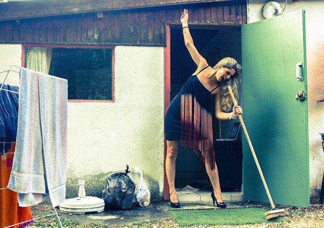 Une femme qui fait le ménage