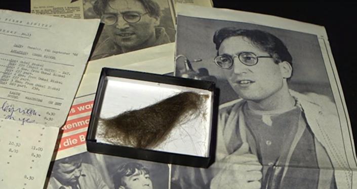 La plus longue mèche de cheveux de Lennon vendue aux enchères