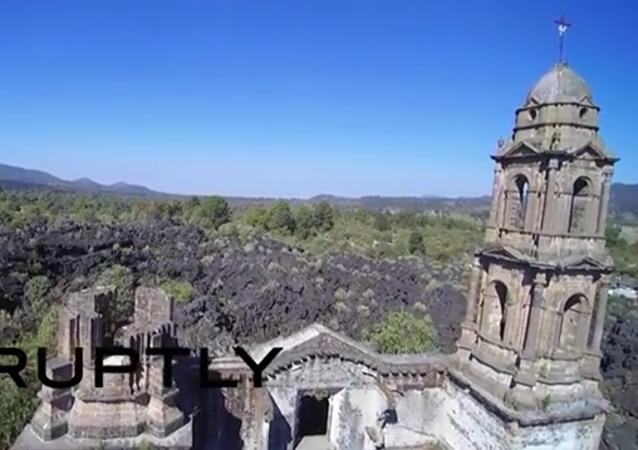 Un drone a filmé les ruines de la cathédrale de San Juan Parangaricutiro, la seule construction qui est restée intacte après l'éruption volcanique.
