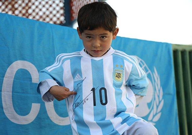 Messi rend son petit fan afghan heureux en lui envoyant de vrais maillots