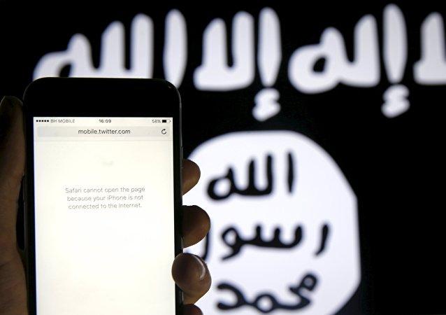 Un téléphone sans connexion Internet devant un drapeau de Daech. Image d'illustration