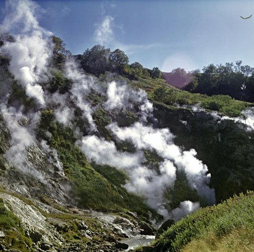 La Vallée des geysers, un champ de geysers unique en Eurasie et l'un des plus grands au monde, se trouve au Kamtchatka.