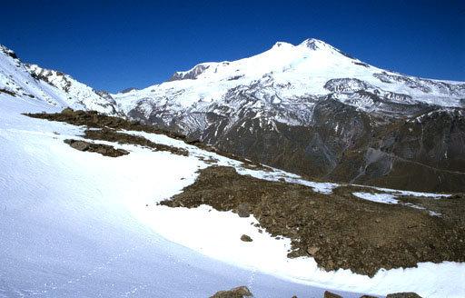 L'Elbrouz, situé dans le nord du Caucase, non loin du littoral de la mer Noire, est le plus haut sommet de l'Europe.