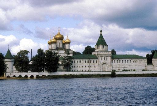 L'Anneau d'or de la Russie est l'un des itinéraires touristiques les plus populaires. Il comprend des villes anciennes russes comme Serguiev Possad, Pereslavl-Zalesski, Rostov, Iaroslavl, Kostroma, Ivanovo, Souzdal ou Vladimir.