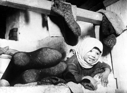 Les bottes de feutre semblent avoir pour prototype les bottes des nomades asiatiques fabriquées au moyen du feutrage de laine. Photo de 1928.