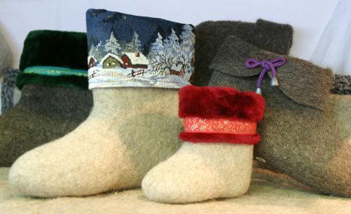 Les premières bottes de feutre étaient courtes, leurs tiges étant faites d'une autre étoffe. Ensuite les artisans de Iaroslavl ont inventé un moyen de feutrage permettant de confectionner des bottes sans coutures.