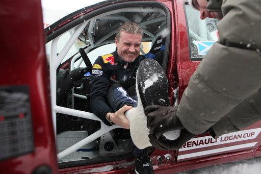 La seule chose qui menace les bottes de feutre c'est l'humidité. C'est pourquoi on les porte avec des galoches ou protège avec du caoutchouc. Sur la photo : David Coulthard, pilote britannique de Formule 1.
