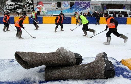 Des tournois de hockey en bottes de feutre sont organisés en Russie.