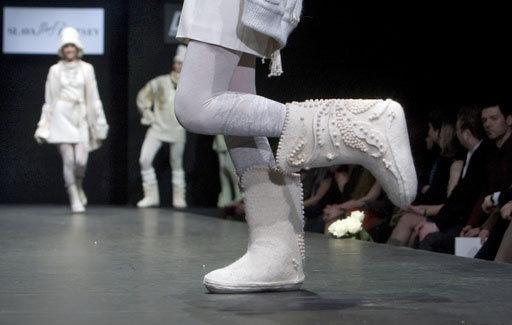 Le designer Gianfranco Ferre a créé une collection spéciale de bottes de feutre. Sur la photo : la collection de prêt-a-porter automne-hiver 2009-2010 signée Slava Zaitsev.