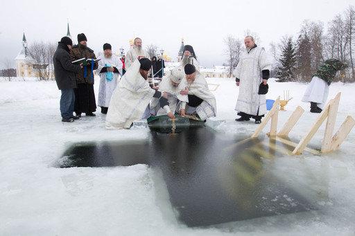 Suivant une vieille tradition, les croyants se baignent dans l'eau glacée des rivières.