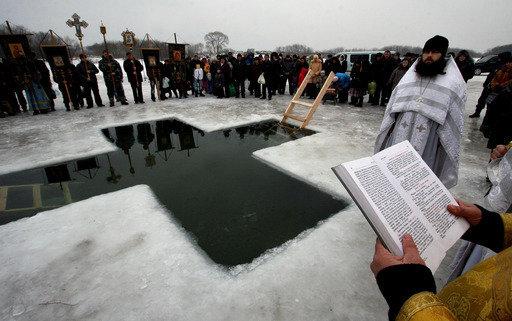 En Russie, le trou creusé dans la glace en forme de croix et destiné à la baignade est appelé yordan, en souvenir du baptême de Jésus Christ dans les eaux de Jourdain.