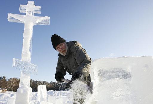 Sur la photo : une croix de glace près d'un monastère russe.