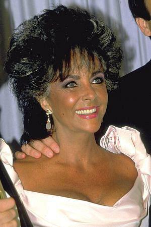 Bouleversée par la mort de son ami Rock Hudson, elle se consacre alors à la collecte de fonds pour la lutte contre le sida.
