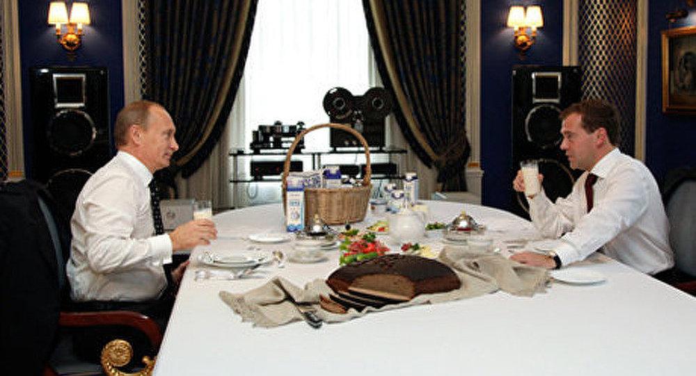 Poutine et Medvedev en lice pour les présidentielles? (Revue de presse)