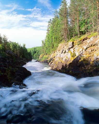 La chute d'eau de Kivatch, qui mesure 10,7 mètres de haut, est située sur la rivière Souna en Carélie et donne son nom à la réserve naturelle de Kivatch, fondée en 1931.