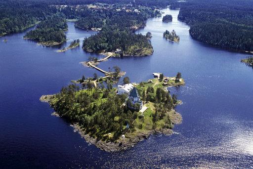 Le monastère de Valaam situé dans la partie nord-ouest du lac Ladoga longeant la Carélie, sur l'archipel du même nom, connu pour sa beauté naturelle.
