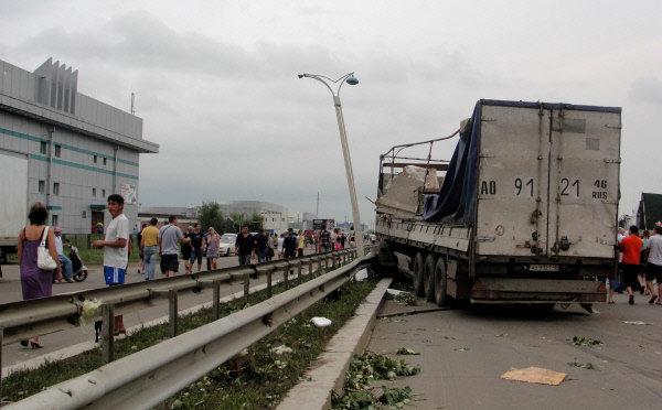 La tornade a renversé plusieurs véhicules, dont des camions et a endommagé des lignes électriques de haute tension.