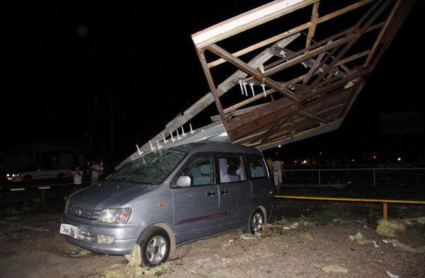 Les secouristes et les services communaux ont travaillé d'arrache-pied toute la nuit pour réparer les dégâts causés par la tornade.