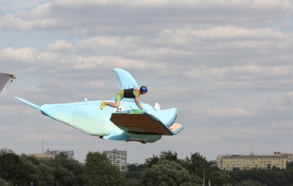 Un concours d'objets volants insolites, intitulé Flugtag, s'est déroulé à Moscou.