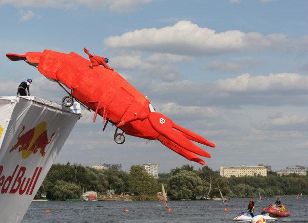 La compétition a été remportée par l'engin en matière plastique en forme d'écrevisse, long de 11 mètres.