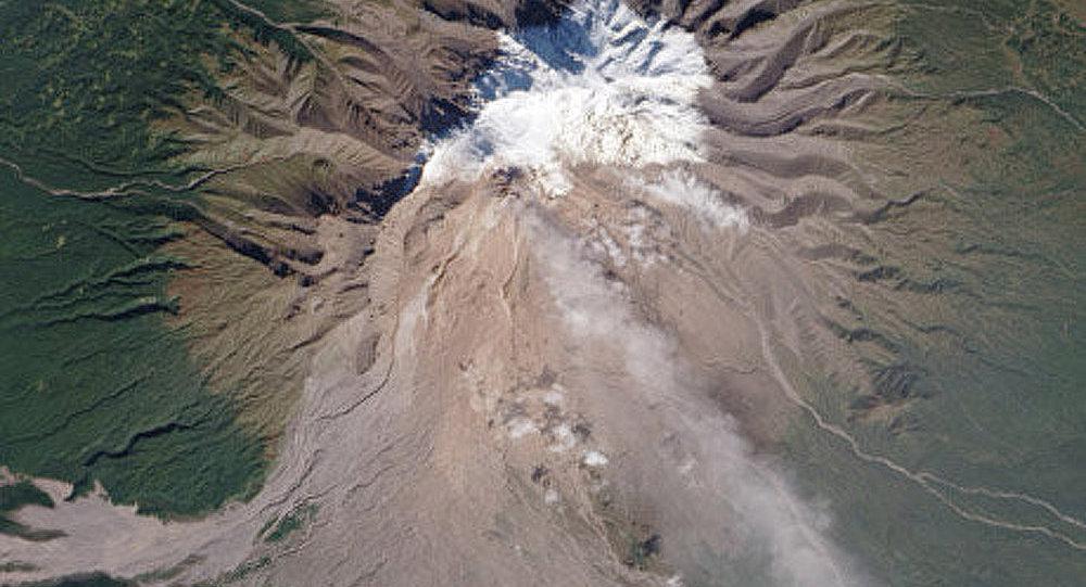 Kamtchatka : le volcan Chiveloutch crache une colonne de cendres de 8 km