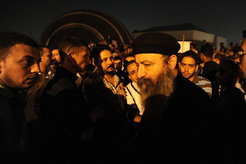 Les coptes ont protesté devant le siège de la télévision publique pour réclamer la démission du gouverneur de la province d'Assouan, qui n'a pas empêché la destruction d'une église par des islamistes.