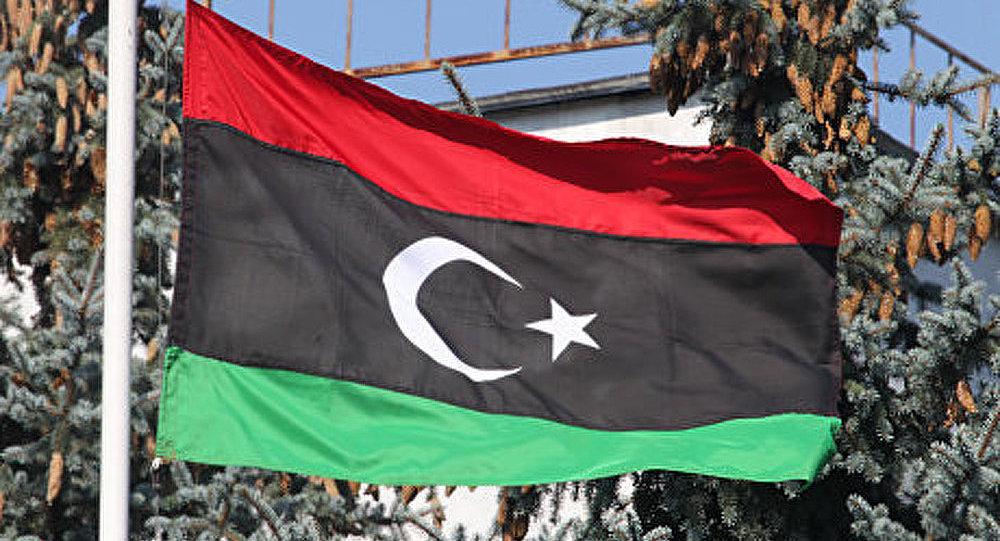 Le drapeau des rebelles libyens flotte sur le bâtiment principal de Syrte