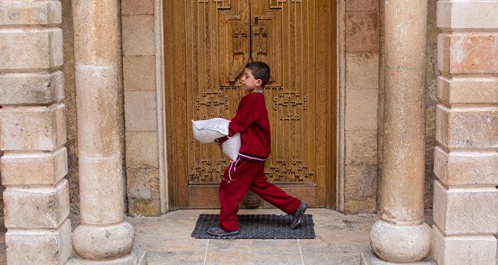 Un garçon avec un sac d'aide humanitaire