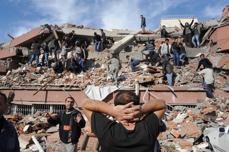 D'après le ministre turc de l'Intérieur Idris Naim Sahin, le bilan du séisme est plus de 217 morts et plus de 1.000 blessés