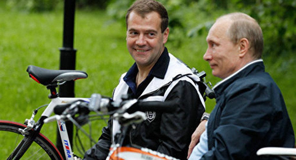Medvedev et Poutine jouent au badminton