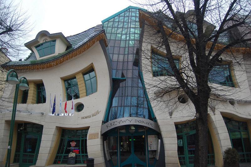 La maison tordue se situe à Sopot en Pologne, elle ne comporte aucun angle droit. Les murs, les fenêtres et les portes se contorsionnent comme si on regardait à travers un verre déformant. C'est aujourd'hui un centre commercial.