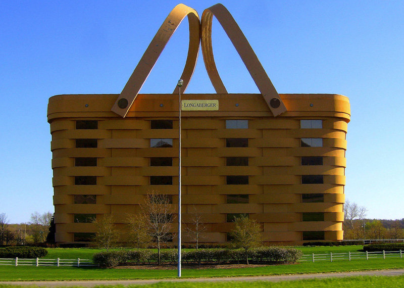 On peut voir la maison-panier aux Etats-Unis, dans l'Ohio.Une entreprise locale, spécialisée dans les paniers et les cannes a décidé de transformer son siège en énorme panier. Il a fallu deux ans pour construire le bâtiment de 180.000 m². Les anses seulement pèsent 150 tonnes chacunes.