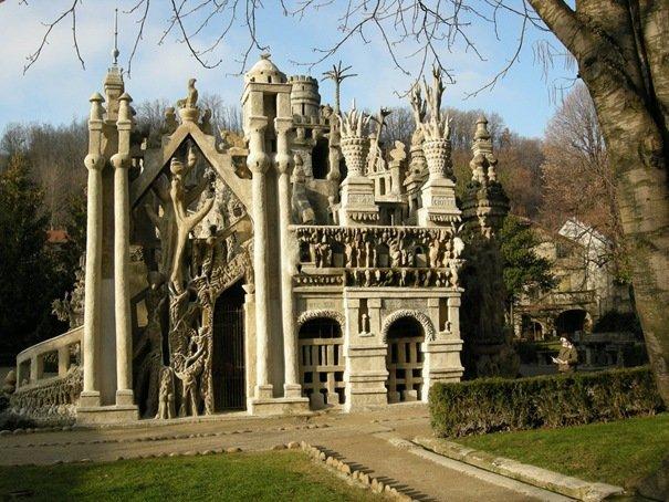La palais de Ferdinand Cheval ou le Palais Idéal du facteur Cheval est un chef-d'œuvre architectural construit par un seul homme. Le facteur français a passé 33 ans à construire son palais rêvé (de 1879 à 1912).