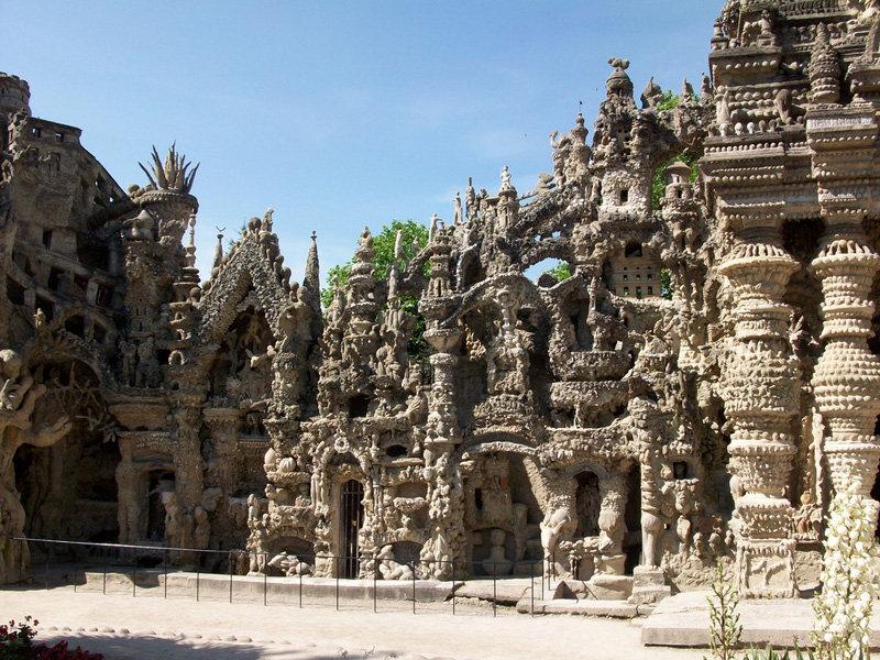 Le Palais Idéal mesure 26 mètres de long, 14 mètres de profondeur et 10 mètres de haut. Il comporte sculptures, tours, fontaines, etc.