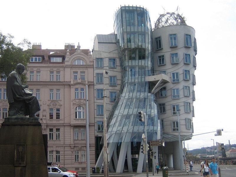L'immeuble dansant a été construite à Prague dans le style déconstructiviste. Il se compose de deux tours cylindriques. C'est une métaphore architecturale d'un couple de danseurs. Le bâtiment abrite des bureaux et le toit un restaurant français avec une magnifique vue sur Prague.