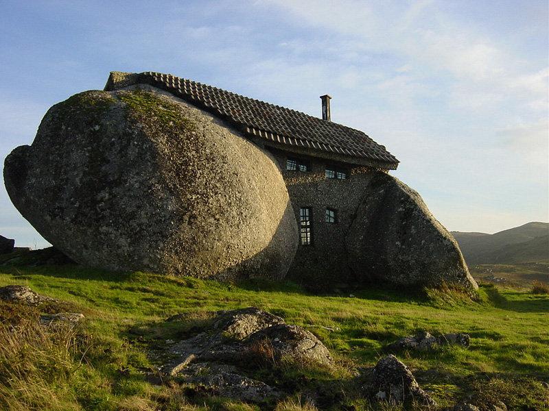 La maison pierre a été construite au Portugal en 1973 dans les montagnes non loin de Fafe. D'énormes dalles de pierre font office de murs. La petite maison comporte deux étages. Les habitants ont décidé de quitter la maison qui attirait des foules de touristes. Maintenant elle est vide.